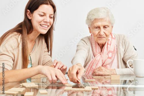 Leinwanddruck Bild Enkeltochter spielt Domino mit Großmutter