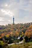 Vue sur la coline et la tour métallique de Pétrin à Prague - 230467043
