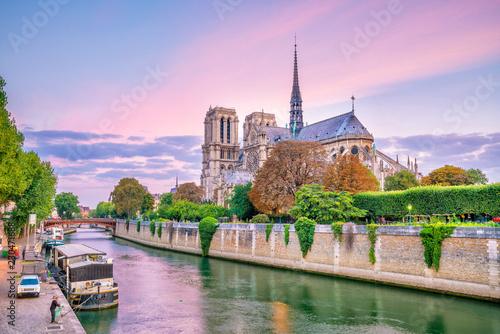 Leinwanddruck Bild The beautiful Notre Dame de Paris in France