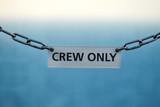 """""""Crew only"""" Schild auf einem Schiff – Zutrifft nur für autorisiertes Personal"""