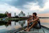 Homme sur un bateau devant Taj Mahal en Inde Architecture - 230495669
