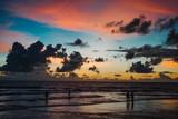 закат на пляже карон в таиланде