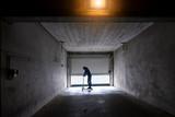 trotinette scoot urban street adolescent enfant béton ville sport sombre garage perspective skate park