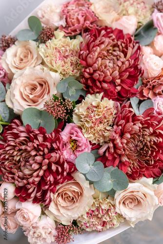 Piękny wiosna bukiet w szklanej wazie. Układ z różnymi kwiatami. Koncepcja kwiaciarni. Zestaw zdjęć do witryny lub katalogu. Kwiaciarnia pracująca.