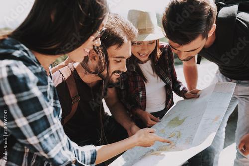 Grupa Młodzi Uśmiechnięci Ludzie Trzyma Papierową mapę