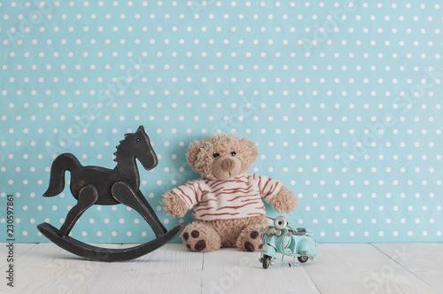 Stary drewniany zabawkowy koń kołysania krzesło, misia i niebieski vintage motocykl w pokoju dziecka