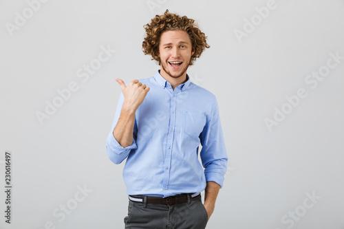 Portret wesoły młody człowiek z kręconymi włosami