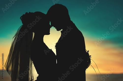 Portret młody ślub pary obejmowanie