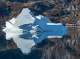 Eisberg spiegelt sich im Skoldungensund in Ost-Grönland - 230666625