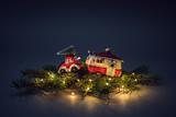 Weihnachtsmotiv - Auto mit Wohnmobil - 230674878