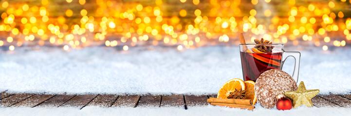 Glühwein lebkuchen und weihnachten dekoration auf schnee vor bokeh lichterhintergrund / hot spiced wine on christmas xmas market snow bokeh background with many lights ice blue snow © stockphoto-graf