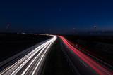 carretera por la noche con coches - 230696092