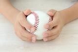 野球ボールを持つ少年の手