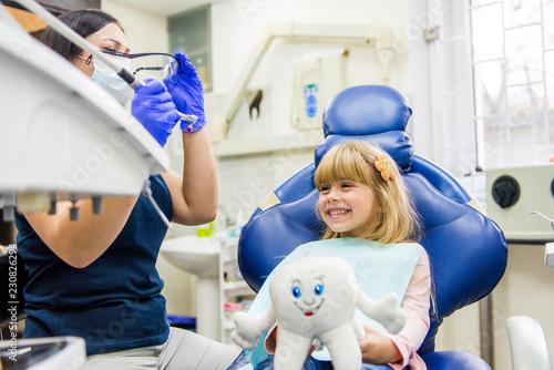 fototapeta na ścianę Little girl sitts in the dentist's office