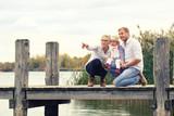 Zeit zusammen genießen - Familie am See - 230846242