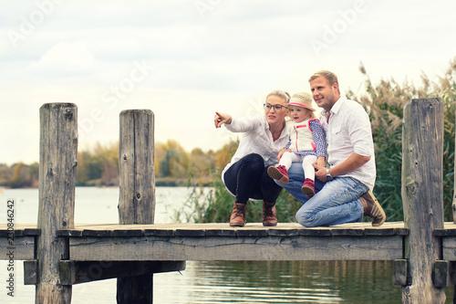 Leinwanddruck Bild Zeit zusammen genießen - Familie am See