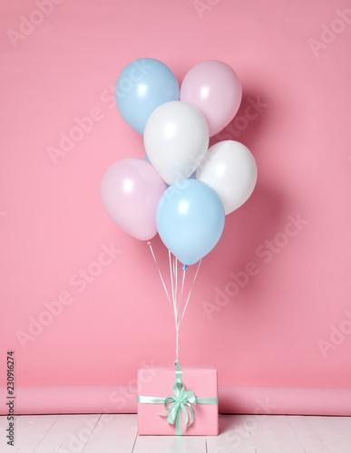 Hel nadmuchiwany lateks pastelowy kolor jasnoniebieski różowy balony białe tło urodziny ślub