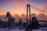 Brücke im Nebel mit Sonnenuntergang