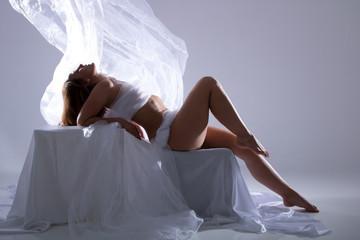 Aktfotografie einer Frau im Fotostudio