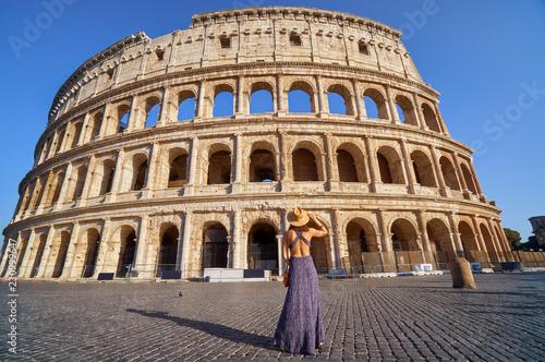 Colosseum i młoda turystyczna kobieta blisko gladiator areny imperium architektury sławny punkt zwrotny kamienia ruin amphitheatre sławny antyczny dziejowy zabytek