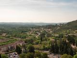 Le village de Cotignac et son rocher dans le Var en Provence verte. Vue plongeante sur village - 231026876