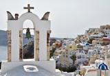 Santorin, clocher et ville sur falaise