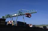 fabrik im hafen mit industrie und brücke - 231179816