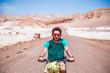 Homme cycliste désert voyageur Aventurier Chili