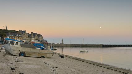 lever de lune dans le port de Cancale