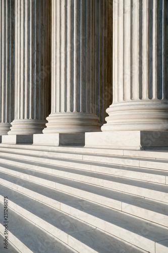 Streszczenie zbliżenie neoklasycystyczny biały marmur karbowany kolumny z kroków przy wejściu do budynku Sądu Najwyższego Stanów Zjednoczonych w Waszyngtonie