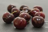 Sweet cherries on slate süßkirschen auf schiefer