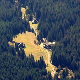 Mała, czeska turystyczna wioska pośród lasu, prze którą przebiega szlak z Karkonoszy - 231464063