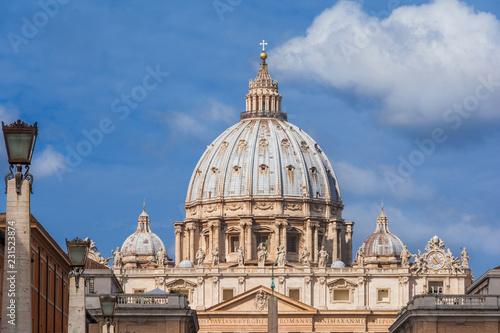 Widok pięknej kopuły Świętego Piotra z chmurami i księżycem, z Via della Conciliazione (droga do pojednania)