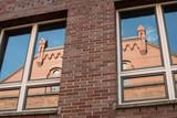 In der Speicherstadt Hamburg spiegelt sich eine Fassade in Fenstern - 231532237