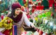 Leinwanddruck Bild - girl buying floral compositions