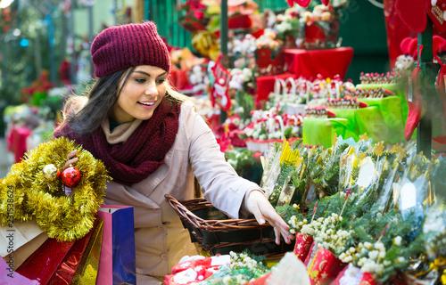 Leinwanddruck Bild girl buying floral compositions