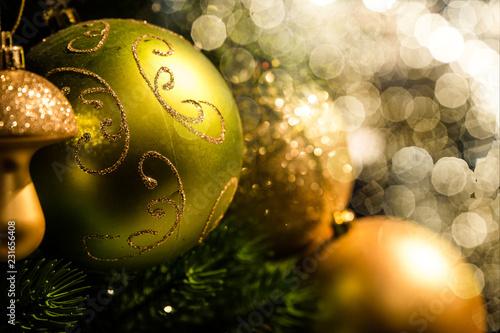 Leinwanddruck Bild Festlich geschmückter Weihnachtsbaum mit Lichtflecken