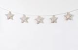 Guirlande d'étoile accroché sur un mur blanc  pour la décoration de Noël  - 231661657