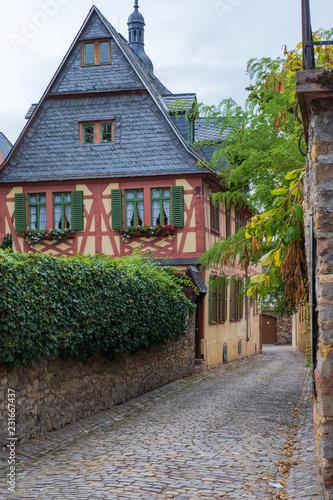 Schmale Gasse in Eltville am Rhein - 231667437