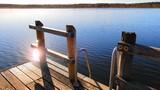 Sonnenstrahlen spiegeln sich im Wasser - 231685073