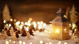 Weihnachtliche Szene mit viel Holz im Laternenlicht
