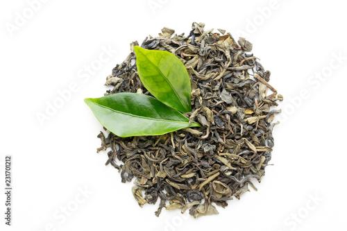 Zielona herbata liść odizolowywający na białym tle.