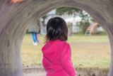 トンネルから覗く子供 - 231701683