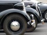 Elegante schwarze Oldtimer der Dreißigerjahre in einer Reihe beim Oldtimertreffen in Wettenberg Krofdorf-Gleiberg bei Gießen in Mittelhessen
