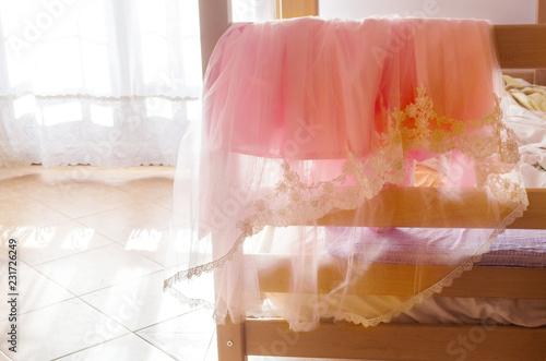 camera di una bimba con vestito rosa da cerimonia