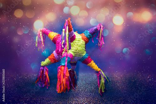 Foto Murales piñata navideña, piñata de cumpleaños, colorida, fondo azul con luces brillantes, celebracion, fiesta, niños, dulces, alegria, celebrando