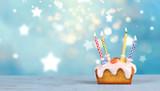 Mini Geburtstagskuchen mit bunten Kerzen - 231822413