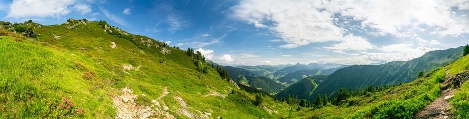 Panorama Landschaft in den Bergen der Alpen © Robert Kneschke
