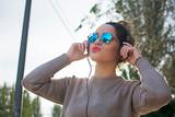 chica divertida escuchando música - 231854202