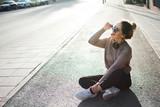 adolescente escuchando música en la calle © esmaqe